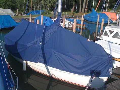 Boot Mit Blauer Zeltpersenning über Reling