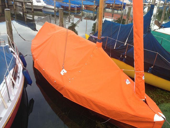 Boot Mit Einer Orangen Zeltpersenning
