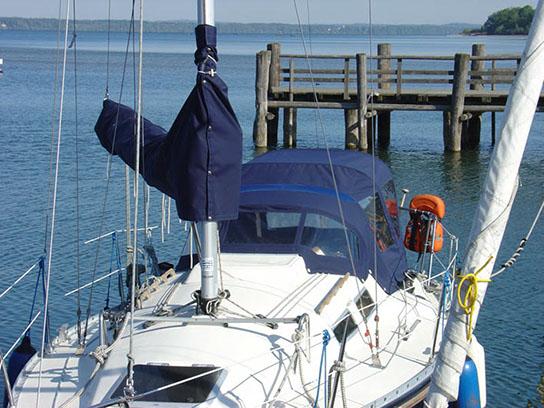 Boot mit blauer Baum-Persenning und Sprayhood / Bimini