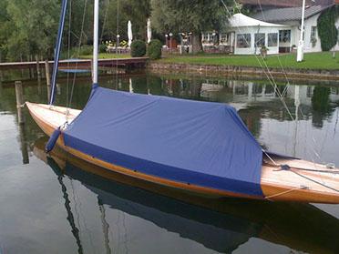 Boot mit blauer Cockpit-Persenning