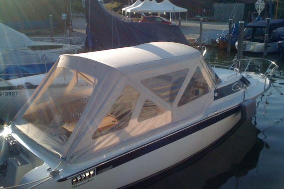 Weiße E-Boot Pesenning