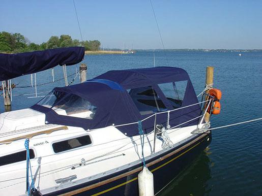Boot Mit Einer Blauen Sprayhood / Bimini